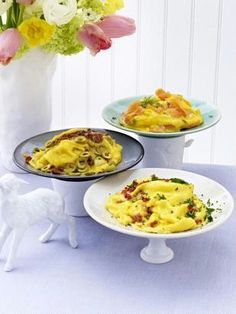 Dreierlei Rührei: mit Speck und Kräutern, mit Lachs und Meerrettich, mit getrockneten Tomaten und Oliven