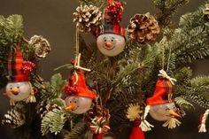 Снеговички на елку из лампочек - Поделки с детьми | Деткиподелки