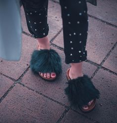 fur shoes furry mules fake fell Schuhe trend Outfit stylejunction