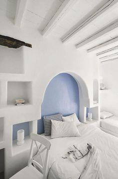 bedroom pinned by barefootblogin.com Au Vega, la légèreté des vacances en blanc et bleu céleste.