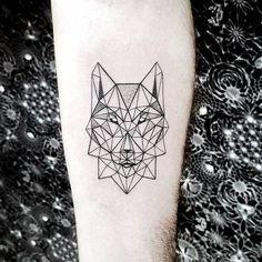 tatouage géométrique avec tête de loup Tatouage Loup Femme, Tatouage  Symbole Famille, Petit Tatouage