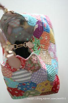 퀼트 / 손바느질 / 퀼트가방 / 핸드메이드 ] 알록달록 76조각 가방~~~ : 네이버 블로그 Hexagon Patchwork, Hexagon Quilt, Patchwork Patterns, Patchwork Bags, Quilted Bag, Japanese Bag, English Paper Piecing, Handmade Bags, Sewing Projects