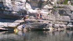 Baignades en famille en toute sécurité à 400 mètres du camping - Camping Castanhada ** – Les Vans (Ardèche)