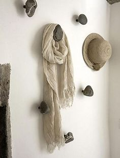 stones+wood = hanger Can be ceramic artwork, or maybe the masterpieces that the kids bring home from school too! In the hallway or kids' rooms. Diy Hat Rack, Luxury Interior Design, Decoration, Home Projects, Diy Home Decor, Diy Crafts, Crafty, House Styles, Creative