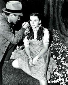 Makeup behind the scenes of Wizard of Oz