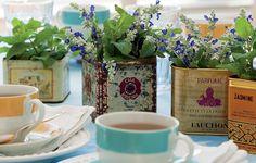 Latas e ervas nasceram umas para as outras. No centro da mesa, têm destaque especial.