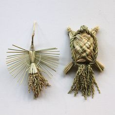 神話の里、奥出雲で育った稲ワラで作られた鶴と亀の祝飾りです。鶴亀は長寿の象徴、健康な毎日を願ってお正月にお飾りしてみてはいかがでしょうか。 Japanese Party, Diy And Crafts, Arts And Crafts, Big Basket, New Year Holidays, Paper Art, Weaving, Hair Accessories, Handmade