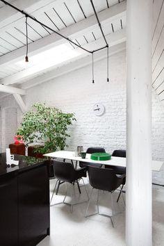 Na poddaszu stuletniej kamienicy świeżo upieczony architekt stworzył wyjątkowe wnętrze. Z pomocą znajomych, niewielkim nakładem środków, zmienił zrujnowany strych w oryginalne mieszkanie.