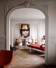 Intérieur d'un appartement parisien. Les touches de rouge apportent du peps à cet appartement aux belles prestations : parquets, moulures, ... #deco #interior #paris #design