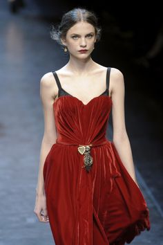 Dolce and Gabbana Red Velvet Dress Couture Fashion, Runway Fashion, Milan Fashion, Love Fashion, High Fashion, Red Velvet Dress, Velvet Fashion, Pulls, Dress Me Up