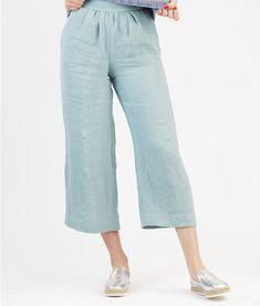 Mary ist eine sommerliche Hose mit weiten Beinen, Seiteneingrifftaschen und aufgesetzten Taschen auf der Hinterhose. In der Vorderhose ist ein Teilbereich gekräuselt. Die Hose wird hinten mit einem Reißverschluss geschlossen.            Mehrgrößenschnitt: 34/36/38/40/42/44/46 Stoffempfehlung: Leinen, leichte Wollstoffe, locker fallende Baumwollstoffe, Viskose, Seide   Dieses Schnittmuster gibt es als Versandschnitt (geplottet auf 80g Papier) oder als pdf-Download*. Nachdem Deine Be...