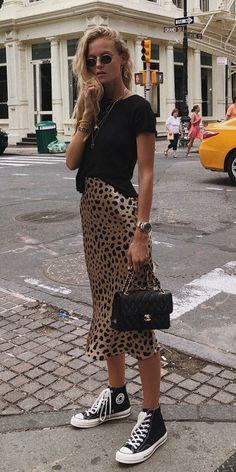 Musa do estilo: Marie von Behrens - #GuitaModa. Blusa preta, saia midi com estampa de oncinha, tênis all star preto de cano médio, mix de colares
