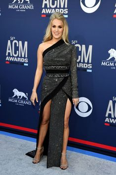 Carrie Underwood Stuns at ACM Awards Less Than Three Months After Giving Birth!: Photo Carrie Underwood looks stunning on the red carpet at the 2019 Academy of Country Music Awards on Sunday night (April at the MGM Grand Garden Arena in Las Vegas. Carrie Underwood Feet, Carrie Underwood Family, Carrie Underwood Pictures, Country Music Awards, Country Music Artists, Country Singers, Emma Roberts, Madonna Daughter, Las Vegas
