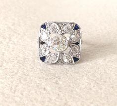 Rarissime bague epoque Art Deco carree tout platine, diamants et saphirs calibres sur mesure dans les angles. www.BijouxAnciens.Paris
