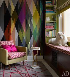 Фрагменткабинета. На стене панно, Cole&Son. Полка для книг с сиденьем изготовлена по эскизам дизайнера. Кресло обито тканью Jim Thompson.