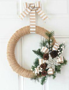 couronne-Noël-toile-jute-ruban-beige-blanc-branche-verte-flocon-neige-blanc-pommes-pin couronne de Noël