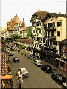 Não é a Alemanha, mas é a cidade de Blumenau, coloniada por imigrantes alemães - Not Germany, but Brazil - Blumenau city; Lots of Germans are here but speak English. Such a cool hidden Gem in Brazil. No Flavella's here.