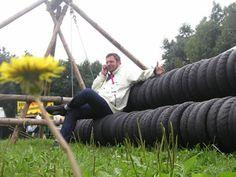 een reuzeschommel van oude evenwichtsbalken en scooterbanden  autobandenstoelen  in opdracht van mojo , lowlands 2006  ism jan korbes