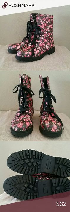 Madden girl floral combat moto boots size 8 Madden girl floral combat, moto boots, inside zip, 8.5 inch total boot height, 1 inch platform, pre-owned,size 8, lace up, Madden Girl Shoes Combat & Moto Boots