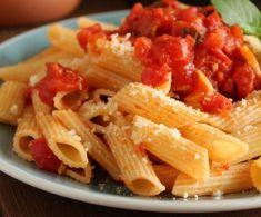 Λίγες πένες, λίγο σκόρδο, λίγο βασιλικόκαι μπόλικο φρεσκοτριμμένο πεκορίνο και ορίστε ένα απλόαλλά υπέροχο, εύκολο, απολαυστικό και κατάλληλο για όλη Penne, Pasta, Onion Rings, Vegan Recipes, Spaghetti, Food And Drink, Chicken, Meat, Ethnic Recipes