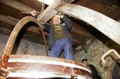 Moulin de L'Evêque sur Ozalentour !  Après plusieurs années de restauration, le moulin a repris du service depuis 2014. Situé à Vézac, le moulin de l'Evêque datant du Moyen-Age est redevenu l'un des moulins actif de la région. Le ruisseau Pontou descend des collines de saint André d'Allas dans le fond d'une petite vallée fertile et fait tourner le moulin grâce à la force motrice de ses eaux. Le moulin de l'Evêque comme son nom l&#8