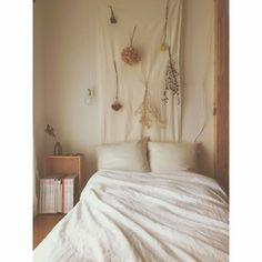 b_to_uさんの、花のある暮らし,一人暮らし,電球,ラーチ合板の壁,ラーチ合板,DIY,ドライフラワー,古いもの,リネン,木箱,Bedroom,のお部屋写真