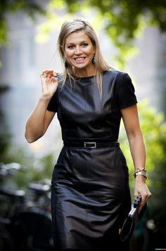 Queen Maxima in a leather dress Dutch Queen, Elsa Peretti, Queen Maxima, Leather Dresses, Leather Skirts, Look Chic, Royal Fashion, Carolina Herrera, Pippa Middleton