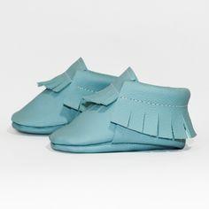 Hellblau Baby Mokassin (Seitenansicht) - Unsere Mokassins sind aus echtem Leder, komplett frei von Chrom VI und wunderbar weich – so passt er sich perfekt Baby- und Kinderfüßchen an. Dank des praktischen Gummizugs wird das An- und Ausziehen für Eltern zu einem Kinderspiel. Die Herstellung findet im Herzen von Hamburg statt.
