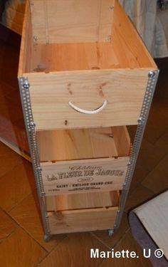 """En fouinant sur Pinterest , j'ai trouvé une idée originale pour transformer des caisses de vin en meuble """" intelligent"""" ... ici ....http://goodlookingthings.blogspot.fr/2011/06/wine-crate-shelves.html ça tombe bien car dans la cabane au fond du jardin..."""
