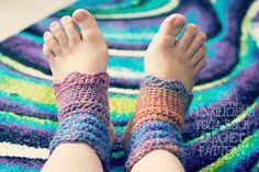 Free crochet yoga sock pattern!! By Of Crochet and Life  http://www.ofcrochetandlife.com/2016/01/too-hot-for-socks.html