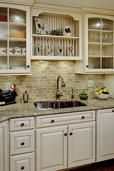 Traditional Antique White Kitchen Welcome! This photo gallery has pictures of kitchens featuring cream or antique white kitchen cabinets in traditional styles. Ivory Kitchen Cabinets, Granite Kitchen, Kitchen Redo, Kitchen Countertops, New Kitchen, Kitchen Remodel, Kitchen Ideas, White Cabinets, Kitchen Designs