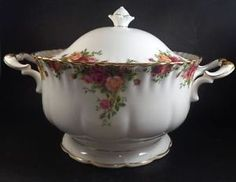 Royal Albert Old Country Roses Soup Tureen 1962 England Mark . Royal Albert, Antique Plates, Antique Roses, Teapots And Cups, Teacups, Mikasa China, Country Rose, Blue Dinnerware, China Tea Sets