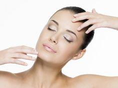 Si tienes piel grasa seguramente has probado de todo para eliminar el brillo de rostro. La piel grasa es generalmente heredada, aunque también se puede deber a cambios hormonales, la regla, el embarazo o la menopausia.Si quieres controlar la piel grasa de tu rostro, sin gastar mucho dinero, no te pierdas estos 5 remed