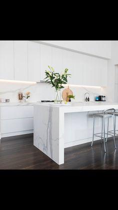 White kitchen dark floorboards and ceasarstone bench top Open Plan Kitchen Living Room, Home Decor Kitchen, Home Kitchens, Modern Kitchen Design, Interior Design Kitchen, Home Design, Kitchen Benchtops, Splashback, Cuisines Design