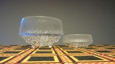 """Midden van de eeuw moderne Littala glas Ultima Thule/lijnpatroon, grote footed portie kom, gemaakt in Finland aan het eind van de jaren 60. Deze prachtige kom werd in 1967 ontworpen door meester Fins ontwerper, Tapio Wirkkala, als onderdeel van de lijn """"Ultima Thule"""" heet. Deze beroemde en tijdloze moldblown drie-footed helder kristal/glas serveren schaal heeft een zeepbel/bezaaid basis bodem."""