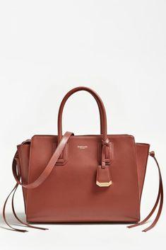 """Luxusní, 100% kožená kabelka MARCIANO LEATHER HANDBAG 84G9228924Z je láska na první pohled. Hnědá kůže jen podtrhuje elegantnost této kabelky. Jednoduché, no nadčasové linie jsou nesmrtelné. Jak se říká: """"V jednoduchosti je krása"""" v tomto případě platí na 100%. You Bag, Real Leather, Leather Handbags, Versace, Shopping Bag, Simple Lines, Leather Totes, Leather Purses, Shopping Bags"""