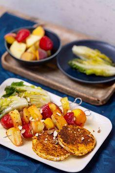 Grillezett camembert gyümölcsnyárssal | Street Kitchen Vegetable Recipes, Grilling, Clean Eating, Vegetables, Kitchen, Street, Food, Healthy Meals, Cooking