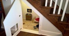La mujer le hizo un dormitorio al perro en el hueco de la escalera – el interior es realmente acogedor
