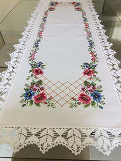Caminho de mesa bordado em ponto cruz com barra de crochê. Medindo 1,50 de comprimento e 50cm de largura ( medida do tecido).