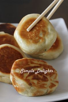 Another Chinese bun ( Bao) moments. It has been awhile I was thinking to make this Chinese Pan Fried Bun ( 菲菜猪肉煎包). Is another type of s. Dim Sum, Chinese Bun, Chinese Pork, Appetizer Recipes, Dessert Recipes, Chicken Spring Rolls, Chinese Dumplings, Pan Fried Dumplings, Pork Buns