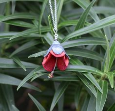 New Zealand hibiscus. Puarangi flower necklace handcrafted with silk cocoon, sterling silver and glass beads. Free shipping worldwide.