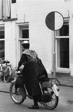 Vrouw in Staphorster streekdracht met bromfiets in Meppel, 1960-1965 #Overijssel #Staphorst