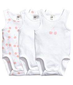 White/cherry. CONSCIOUS. Sleeveless bodysuits in soft, organic cotton jersey with snap fasteners at gusset.