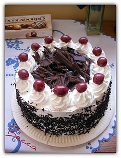 Feketeerdő torta Hungarian Cake, Hungarian Recipes, Black Forest Birthday Cake, Eastern European Recipes, Delicious Desserts, Yummy Food, Rosette Cake, Beautiful Birthday Cakes, Easy Cake Decorating
