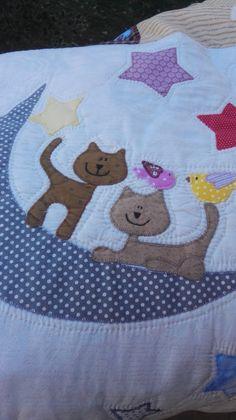 Después de unos maravillosos días en Sitges, viendo a amigas muy queridas y conociendo a otras nuevas, y ya en casa con la rutina diaria, ... Baby Patchwork Quilt, Baby Boy Quilts, Baby Applique, Applique Quilts, Quilt Block Patterns, Quilt Blocks, Embroidery Patterns, Machine Embroidery, Baby Sheets
