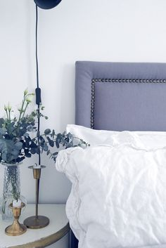 """Visar en glimt av vår nya sänggavel som jag """"slängt ihop"""", visst blev den ganska fin? Ok, den är inte perfekt, jag är ganska hafsig av mig, det ska gå fort när jag gör sak…"""
