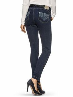 Diese Slimming-Jeans trägt sich dank der querelastischen Denim-Qualität besonders bequem und sitzt perfekt. Das patentierte bioaktive Finish bestehend aus Chilipfeffer- und Himbeerextrakten sowie feuchtigkeitsspendenden Ölen unterstützt die Haut bei der Fettverbrennung und fördert so eine schlankere Silhouette – und das selbst noch nach der 20. Wäsche! Eyecatcher dieser 5-Pocket-Damenjeans ist ...