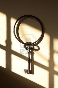 Tener cerca de la puerta de la entrada de la casa una o mas llaves, sobre todo si son antiguas y usadas, se dice que abre los caminos d...