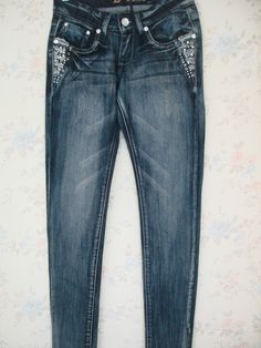 Jean color azul oscuro con diseño de diamantes