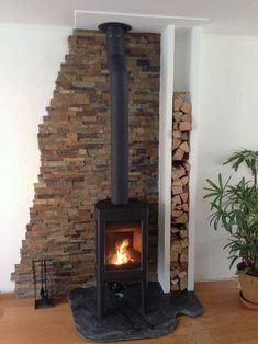 Fireplace made of rustic slate with stucco walls of building blocks and a . - - and wood house Fireplace made of rustic slate with stucco walls of building blocks and a . Wood Stove Surround, Wood Stove Hearth, Fireplace Hearth, Home Fireplace, Fireplace Inserts, Fireplace Surrounds, Fireplace Design, Wood Stove Wall, Fireplace Ideas